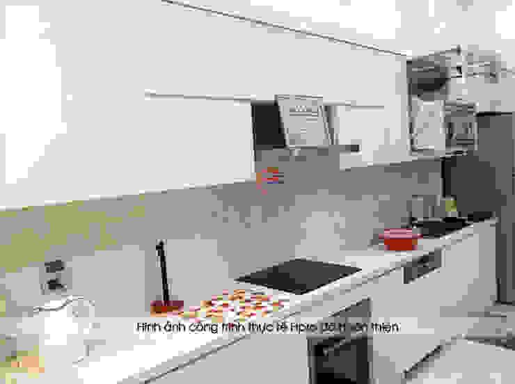 Ảnh thực tế tủ bếp acrylic màu trắng cùng mặt đá bàn bếp marble vân mây nhà chị Thu ở Long Biên: hiện đại  by Nội thất Hpro, Hiện đại