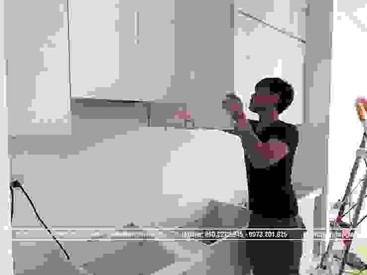 Ảnh thi công tủ bếp laminate chữ I nhà chị Trang ở Long Biên: hiện đại  by Nội thất Hpro, Hiện đại