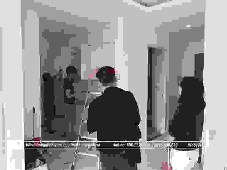Ảnh thi công lắp đặt tủ bếp laminate trắng bóng nhà chị Trang ở Long Biên: hiện đại  by Nội thất Hpro, Hiện đại
