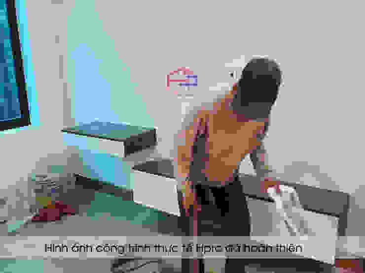 Hpro thi công kệ tivi trong nội thất phòng ngủ master nhà anh Thủy ở Hải Phòng: hiện đại  by Nội thất Hpro, Hiện đại