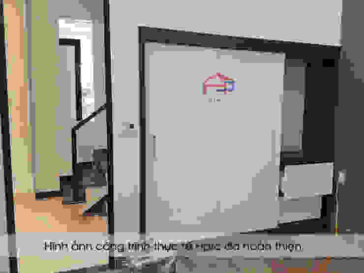 Ảnh thực tế tủ quần áo âm tường trong nội thất phòng ngủ master nhà anh Thủy ở Hải Phòng: hiện đại  by Nội thất Hpro, Hiện đại