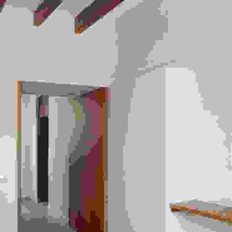 Divers Arquitectura, especialistas en Passivhaus en Sabadell Mediterranean corridor, hallway & stairs