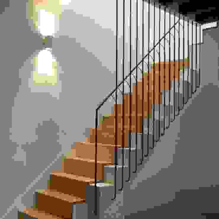 Escalera interior con peldaños de madera y barandilla a medida de Divers Arquitectura, especialistas en Passivhaus en Sabadell Mediterráneo