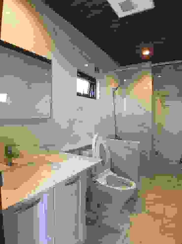 2F浴廁 houseda 現代浴室設計點子、靈感&圖片 磁磚 White