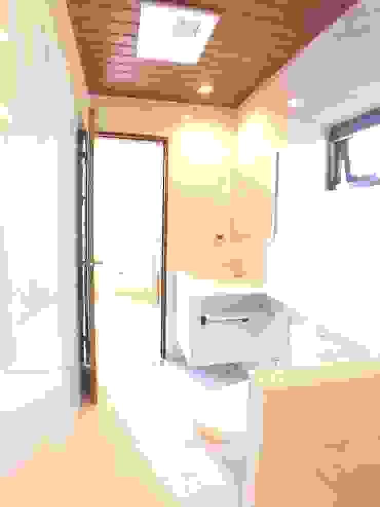 2F浴廁-鋁板木紋天花板 houseda 現代浴室設計點子、靈感&圖片 磁磚 White