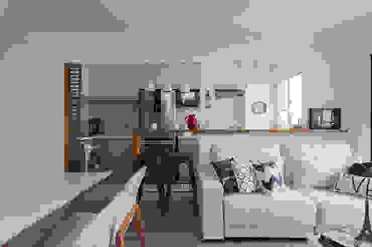 Sala de Estar, Jantar e Cozinha Integrados em um ambiente harmonico e aconchegante: Salas de estar  por Studio Elã