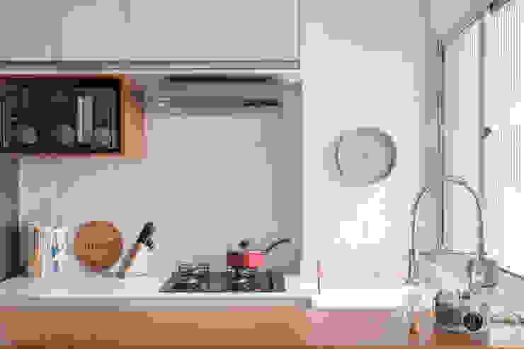 Passa-prato com bancada de madeira: Armários e bancadas de cozinha  por Studio Elã