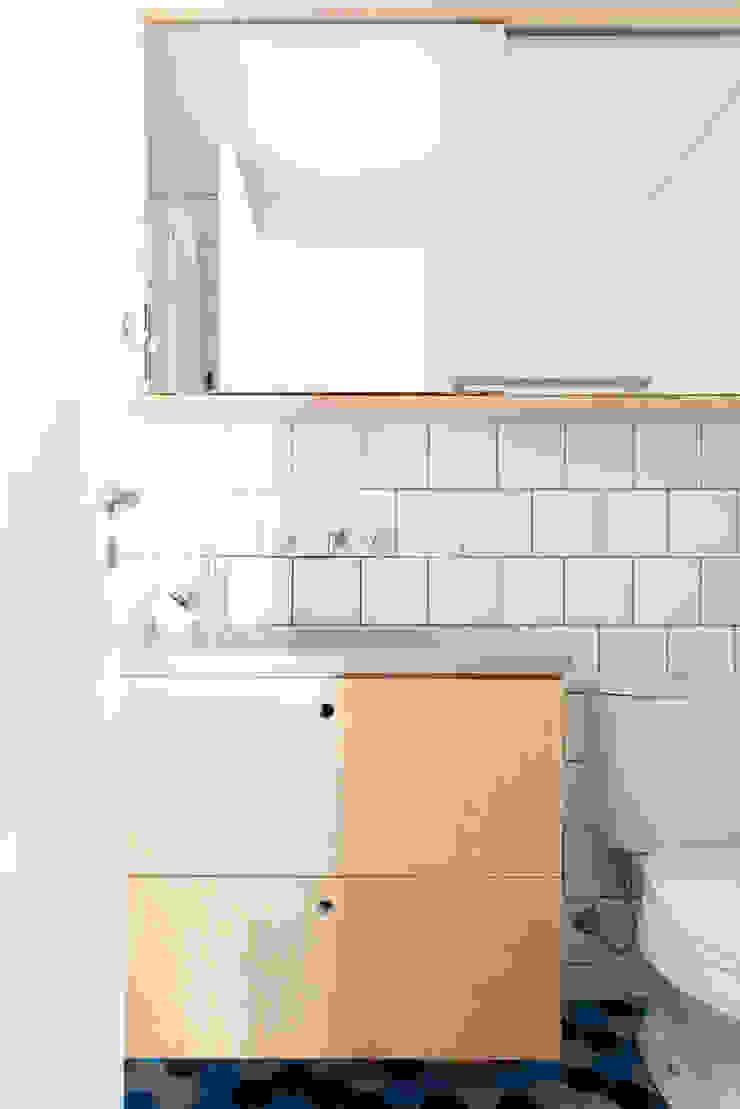 Banheiro com espaço otimizado Modern Bathroom by INÁ Arquitetura Modern