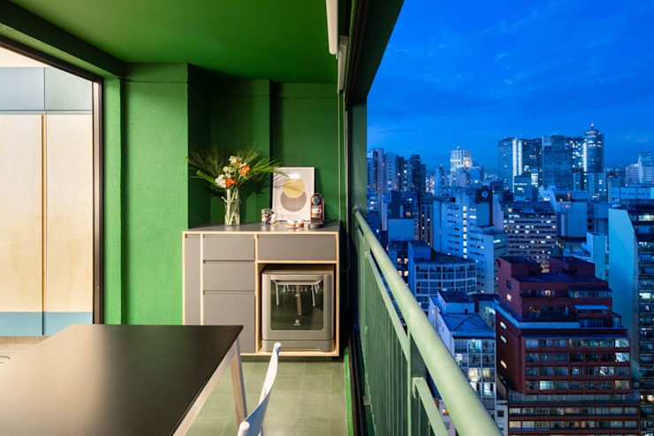 Varanda verde cheia de personalidade by INÁ Arquitetura Modern