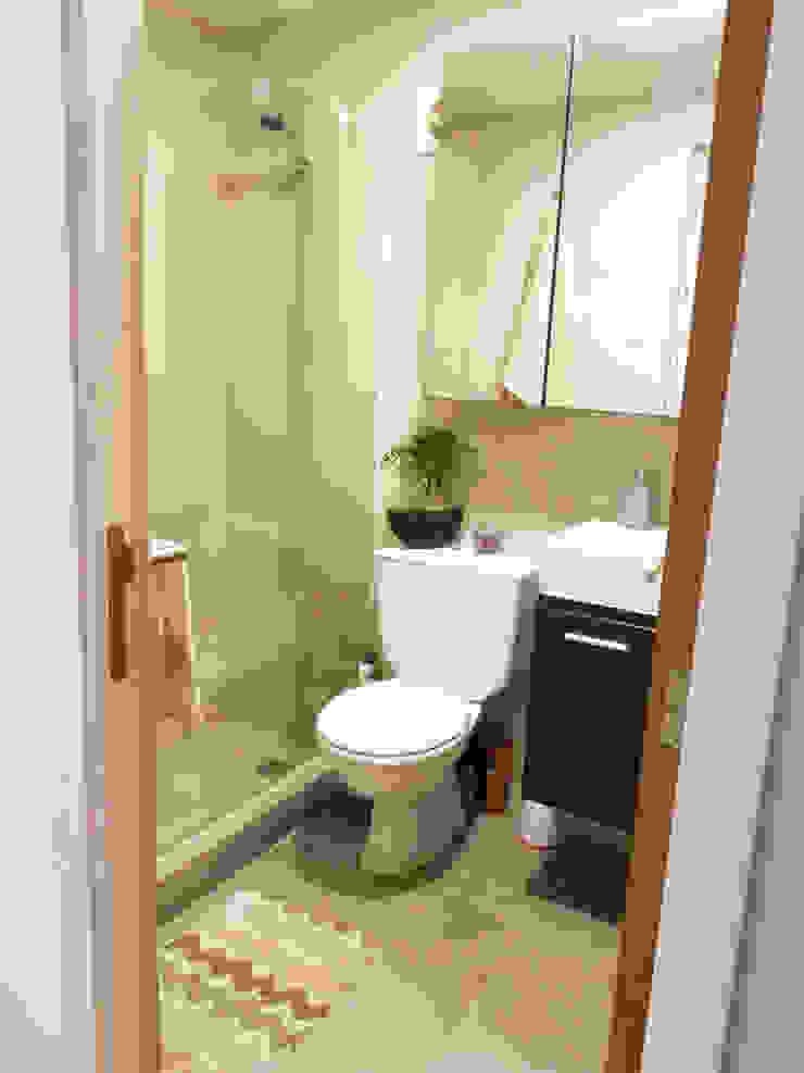Remodelación baño pequeño Lagom Studio Baños de estilo moderno Cerámico Beige