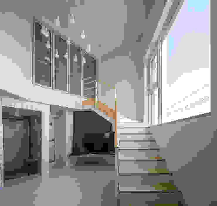 interior & architecture by INARK 대구 달서구 두류동 도담도담 하우스 대구 협소주택 소형주택 상가주택 전원주택 인아크 건축 설계 인테리어 디자인 미니멀리스트 거실 by inark [인아크 건축 설계 디자인] 미니멀
