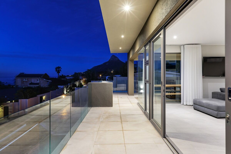 The modern Camps Bay home with a 12 Apostles view FRANCOIS MARAIS ARCHITECTS 陽台 Grey