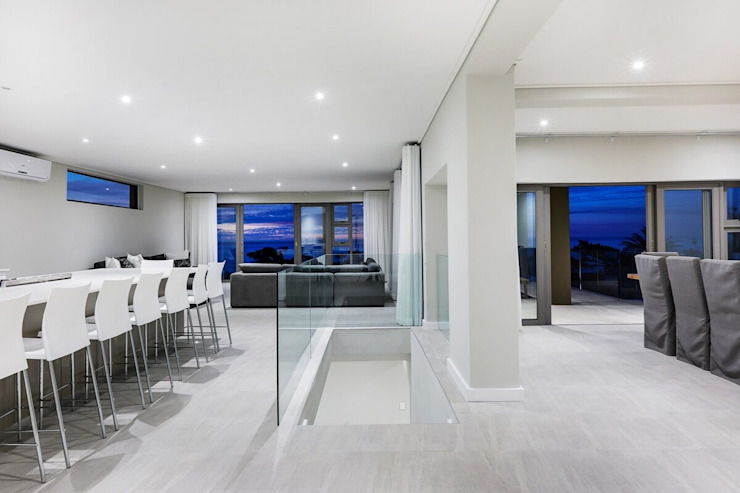 The modern Camps Bay home with a 12 Apostles view Modern dining room by FRANCOIS MARAIS ARCHITECTS Modern