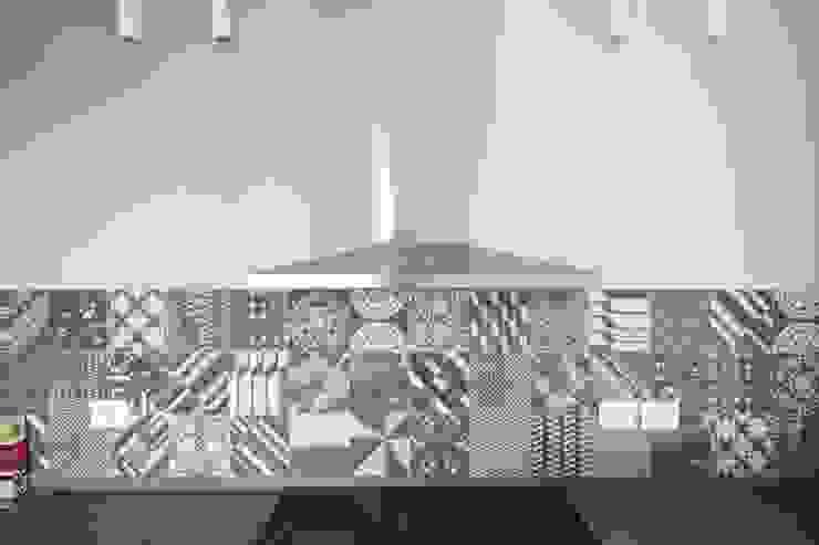 Flavia Benigni Architetto Cocinas de estilo moderno Azulejos Gris