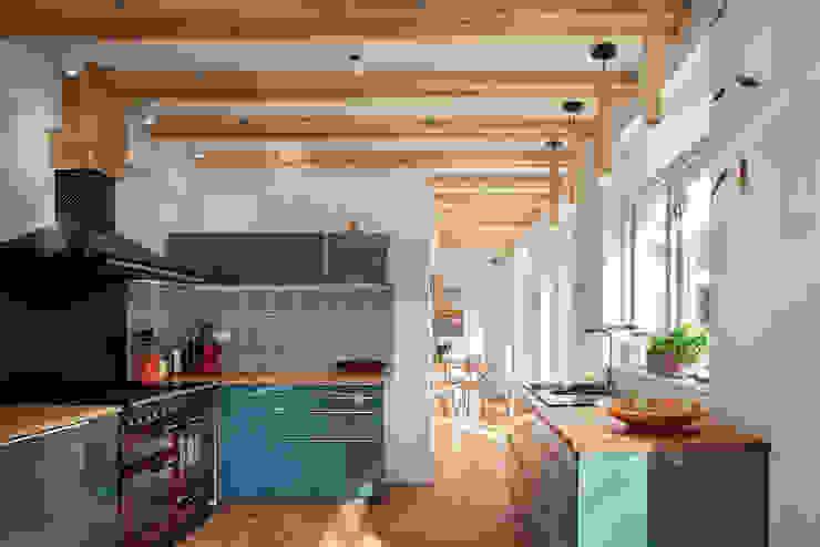 keuken verbouwing jaren 50 bungalow van robin hurts architect Scandinavisch Tegels