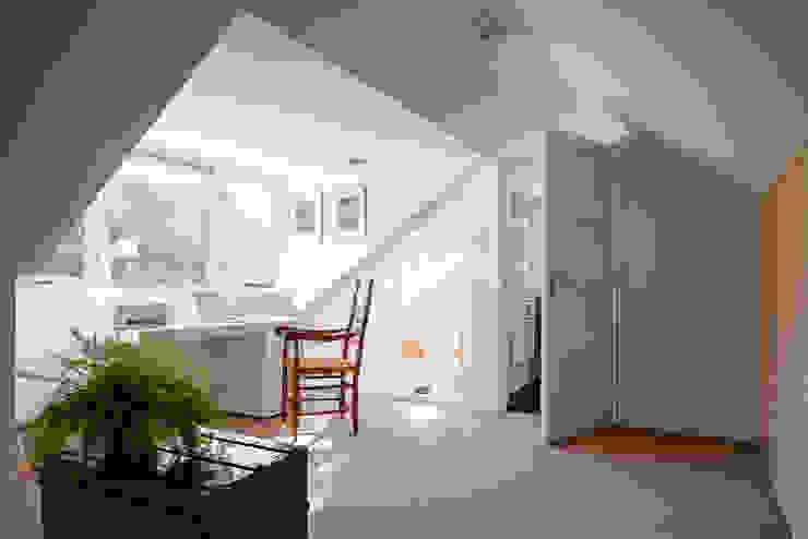 overloop - werkplek verbouwing jaren 50 bungalow Scandinavische gangen, hallen & trappenhuizen van robin hurts architect Scandinavisch