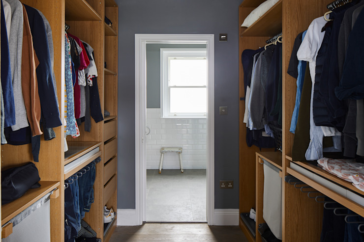 Vestidores y closets de estilo  por Resi Architects in London