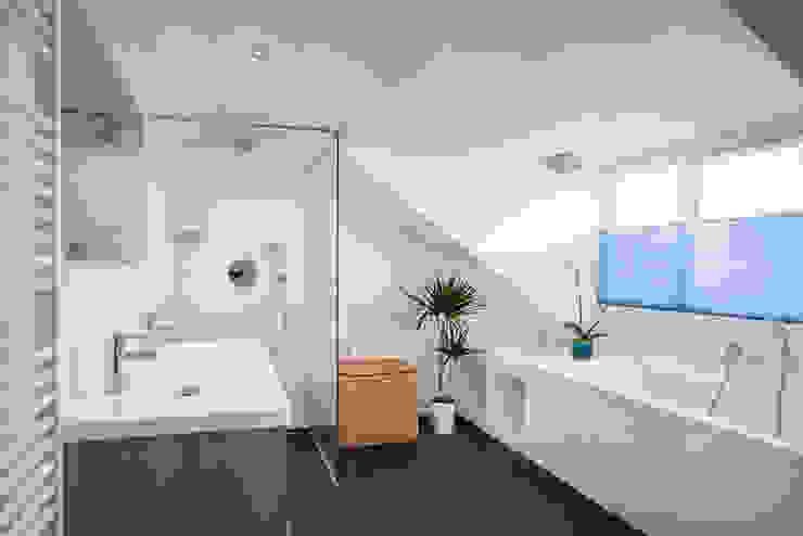 badkamer verbouwing jaren 50 bungalow Moderne badkamers van robin hurts architect Modern Tegels