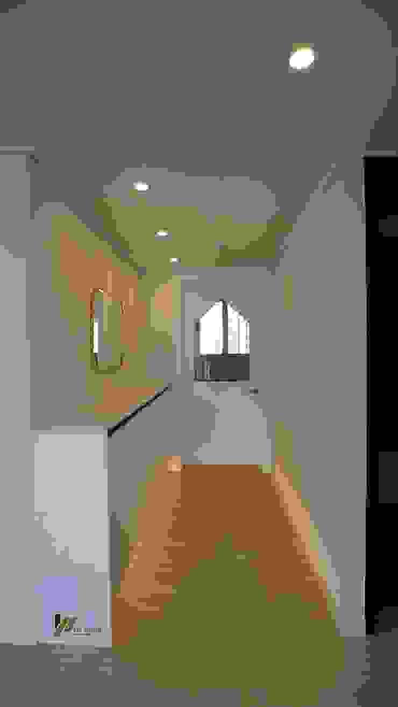 Modern corridor, hallway & stairs by interior 이유 Modern