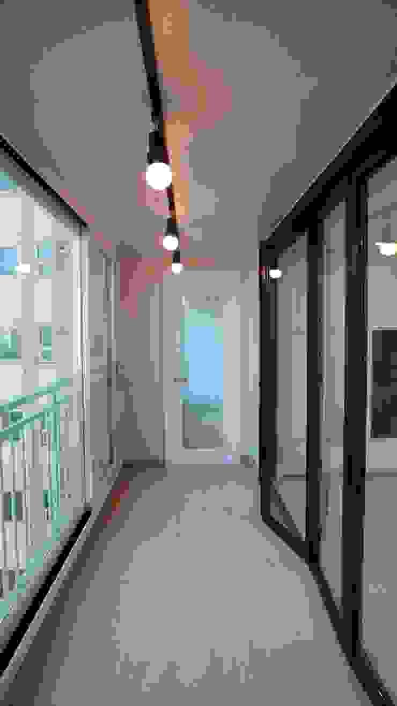 Modern balcony, veranda & terrace by interior 이유 Modern