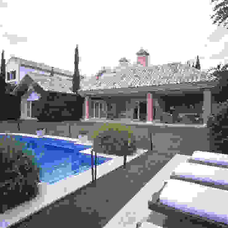 Classic style pool by Estudio de Arquitectura Juan Ligués Classic
