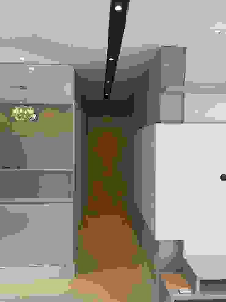 Klasyczny korytarz, przedpokój i schody od Rissetti Arquitetura Klasyczny
