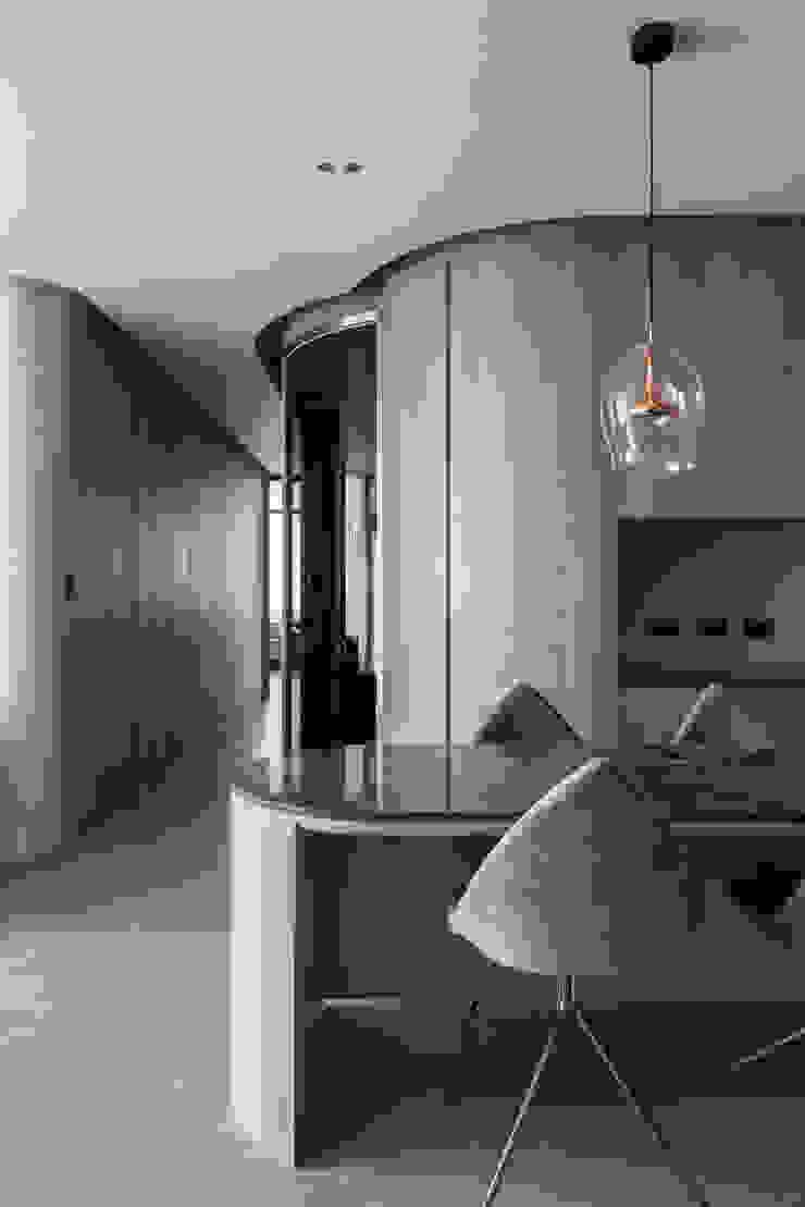 living area 現代風玄關、走廊與階梯 根據 湜湜空間設計 現代風