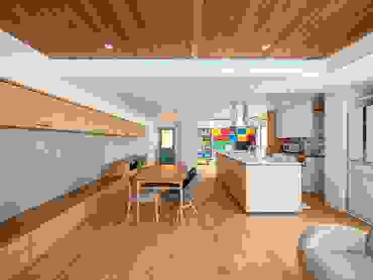 Salle à manger moderne par 株式会社エキップ Moderne Bois massif Multicolore