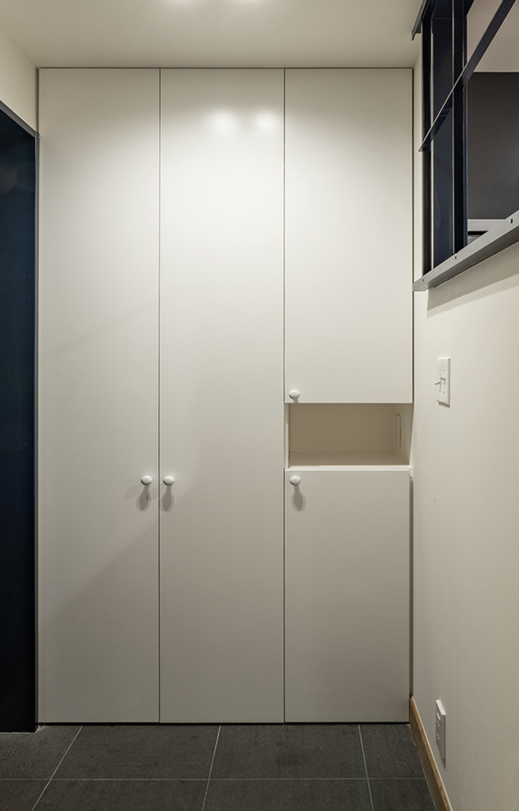 株式会社エキップ Modern corridor, hallway & stairs White