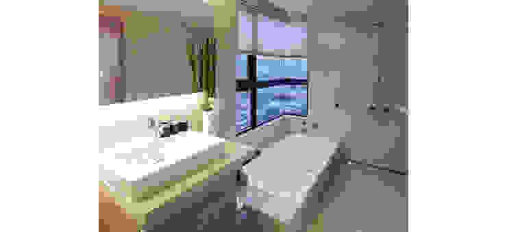 主臥浴室設有浴缸享受美景 現代浴室設計點子、靈感&圖片 根據 鼎爵室內裝修設計工程有限公司 現代風