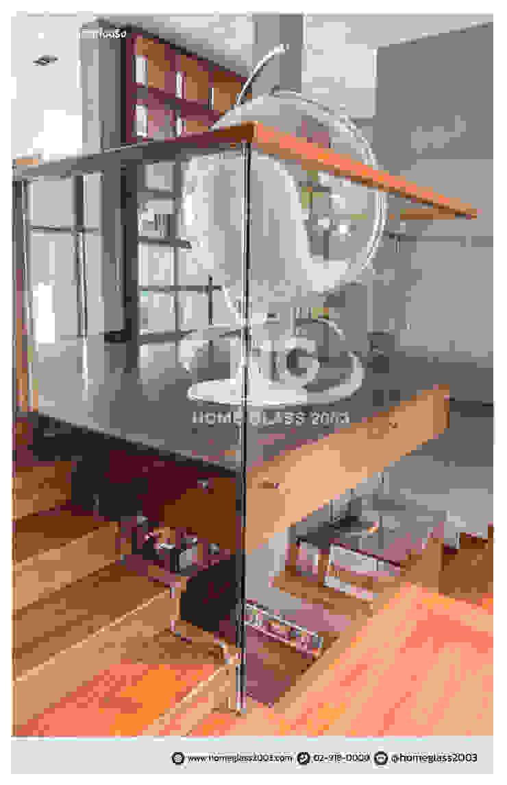 ราวบันได แบบเปลือย ยึดหมุดตามคานปูน + ราวจับไม้สัก: ทันสมัย  โดย Home Glass 2003, โมเดิร์น กระจกและแก้ว