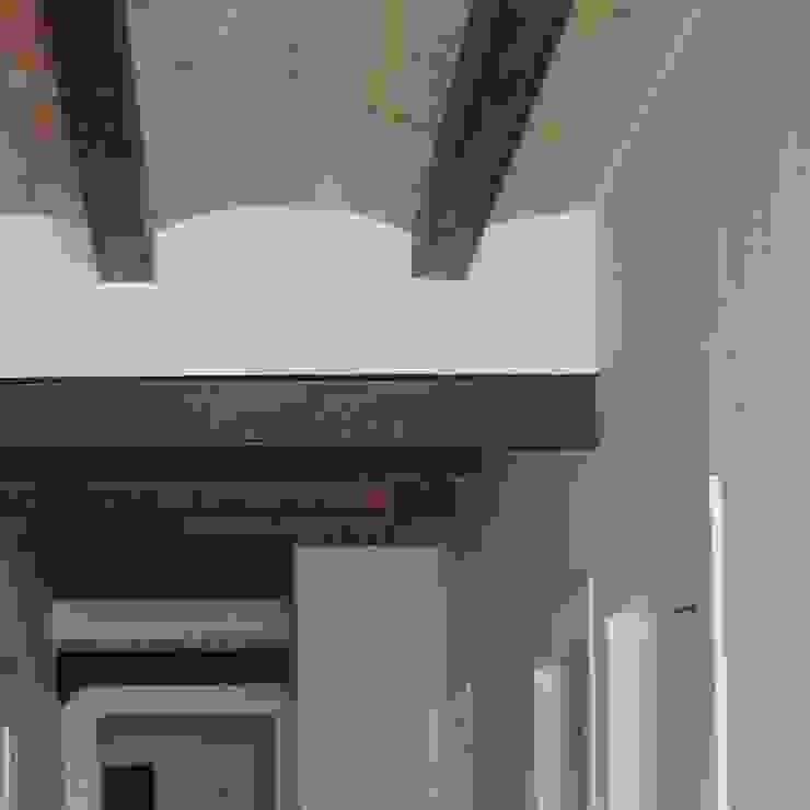 Divers Arquitectura, especialistas en Passivhaus en Sabadell Minimalist corridor, hallway & stairs