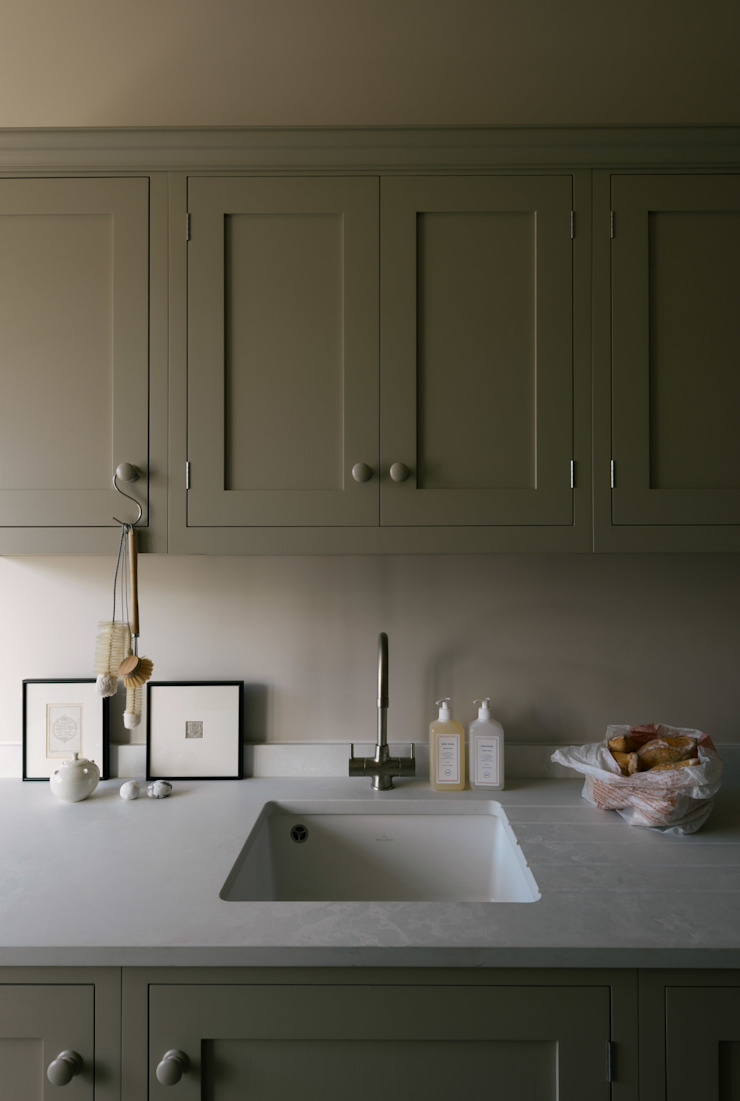 A Georgian Apartment in Bath โดย deVOL Kitchens มินิมัล