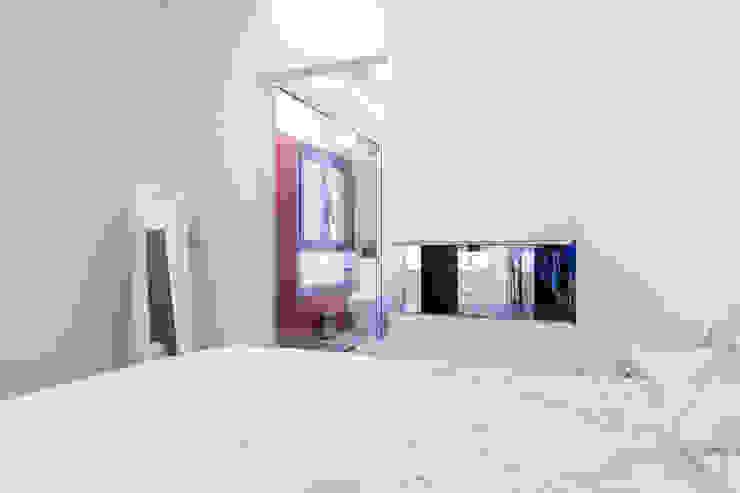 Minimalist bedroom by SMLXL-design Minimalist
