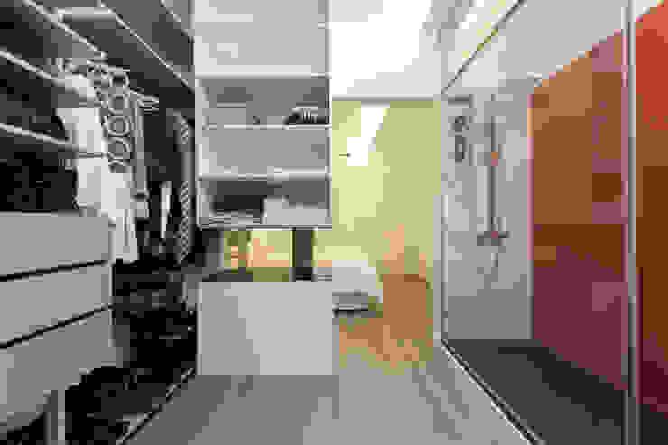 Modern Dressing Room by SMLXL-design Modern