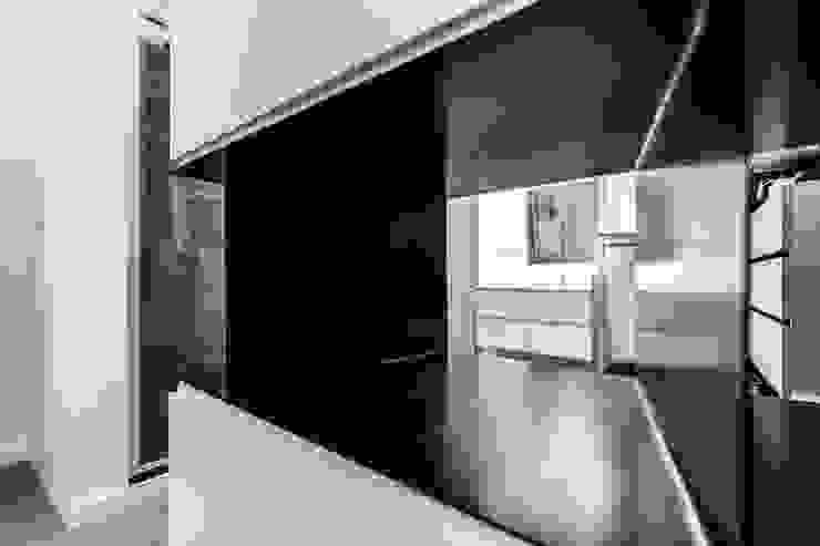 Modern Dressing Room by SMLXL-design Modern Metal