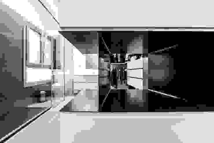 Minimalist dressing room by SMLXL-design Minimalist Metal