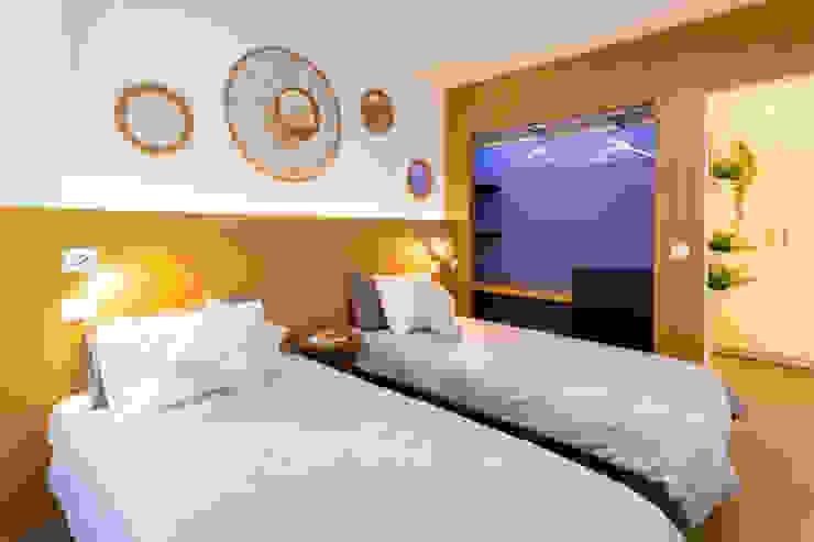 Reforma de vivienda vacacional Rooftop Suite, Living Las Canteras Dormitorios de estilo moderno de SMLXL-design Moderno Madera Acabado en madera