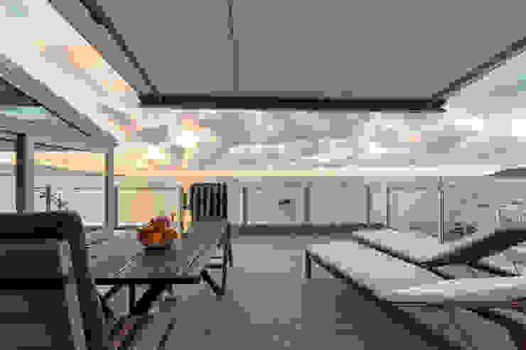 Reforma de vivienda vacacional Rooftop Suite, Living Las Canteras Balcones y terrazas de estilo moderno de SMLXL-design Moderno