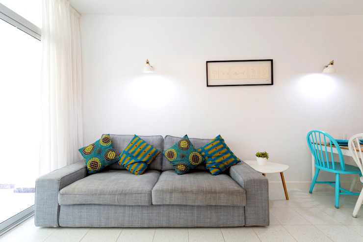 Minimalist living room by SMLXL-design Minimalist