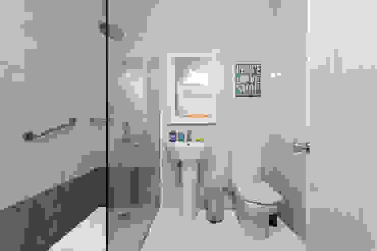 Minimalist style bathroom by SMLXL-design Minimalist