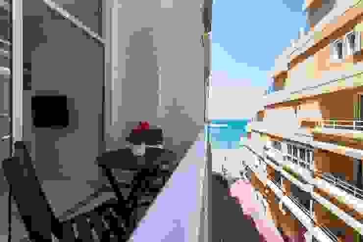 Minimalist balcony, veranda & terrace by SMLXL-design Minimalist