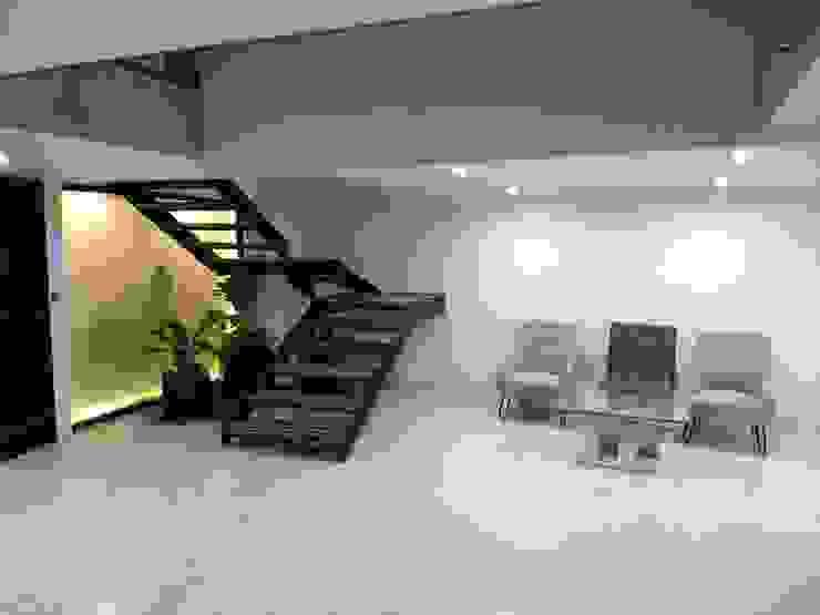 ESCALERAS Y HALL: Escaleras de estilo  por IINGENIO CONSTRUCTORES, Moderno