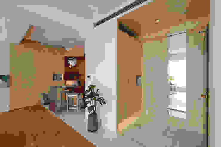 Enjoying solitary 六相設計 Phase6 隨意取材風玄關、階梯與走廊