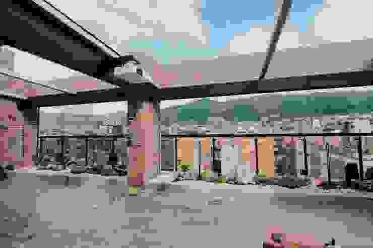 Composición final Jardinera Oriental Balcones y terrazas de estilo moderno de Marga Moderno