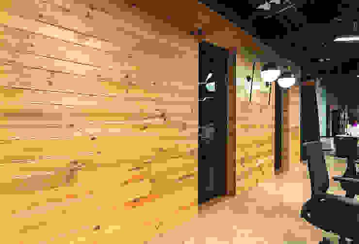 Enchape muro pasillo Paredes y pisos de estilo moderno de Mocca Mobiliario Moderno Madera maciza Multicolor
