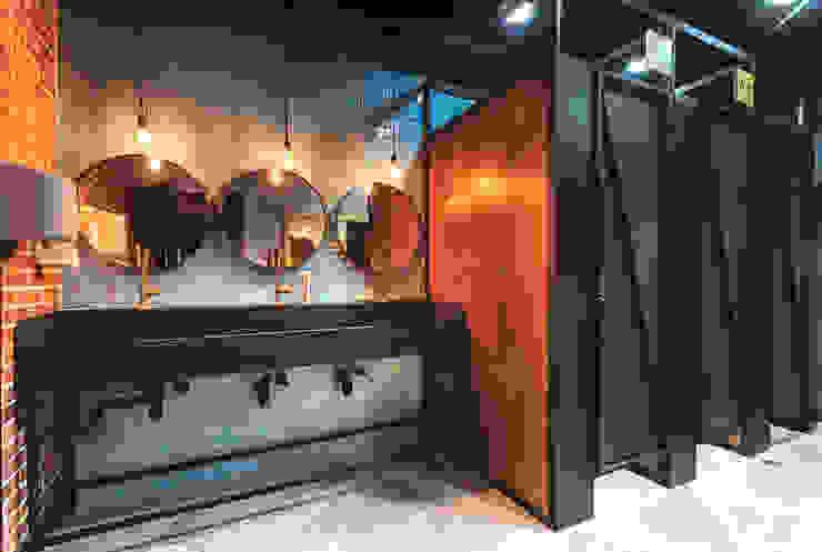 Cabinas para baños Baños de estilo industrial de Mocca Mobiliario Industrial Madera Acabado en madera