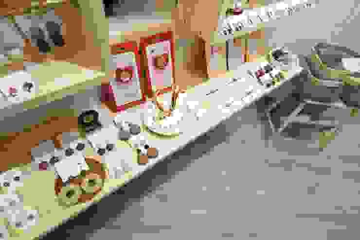台南市西華南街精品店設計 根據 寶佳室內裝修工務所 簡約風 實木 Multicolored