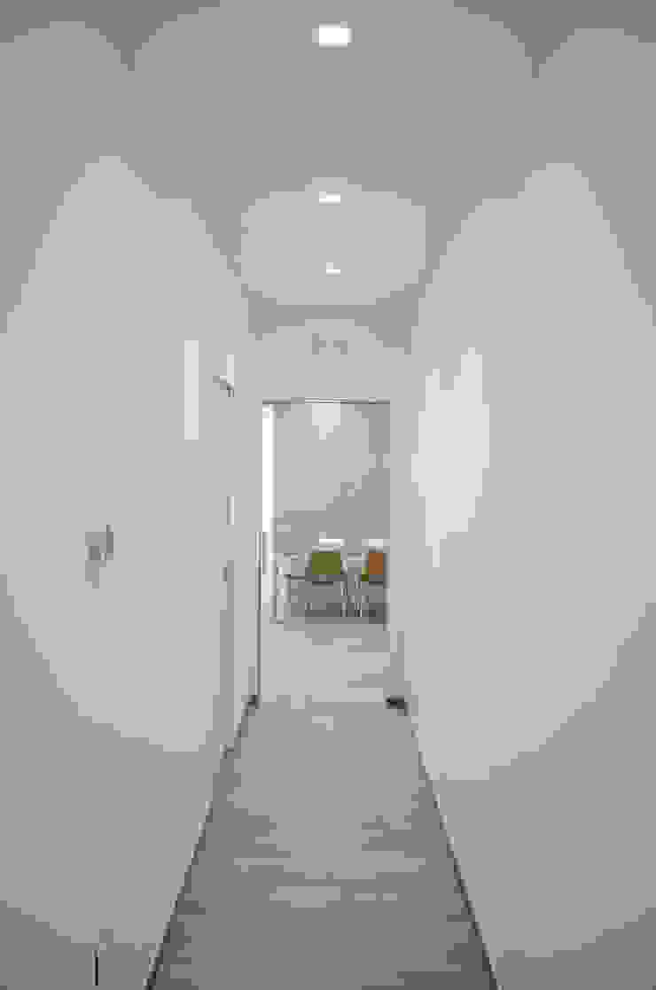 Pasillos, vestíbulos y escaleras de estilo moderno de Studio ARCH+D Moderno