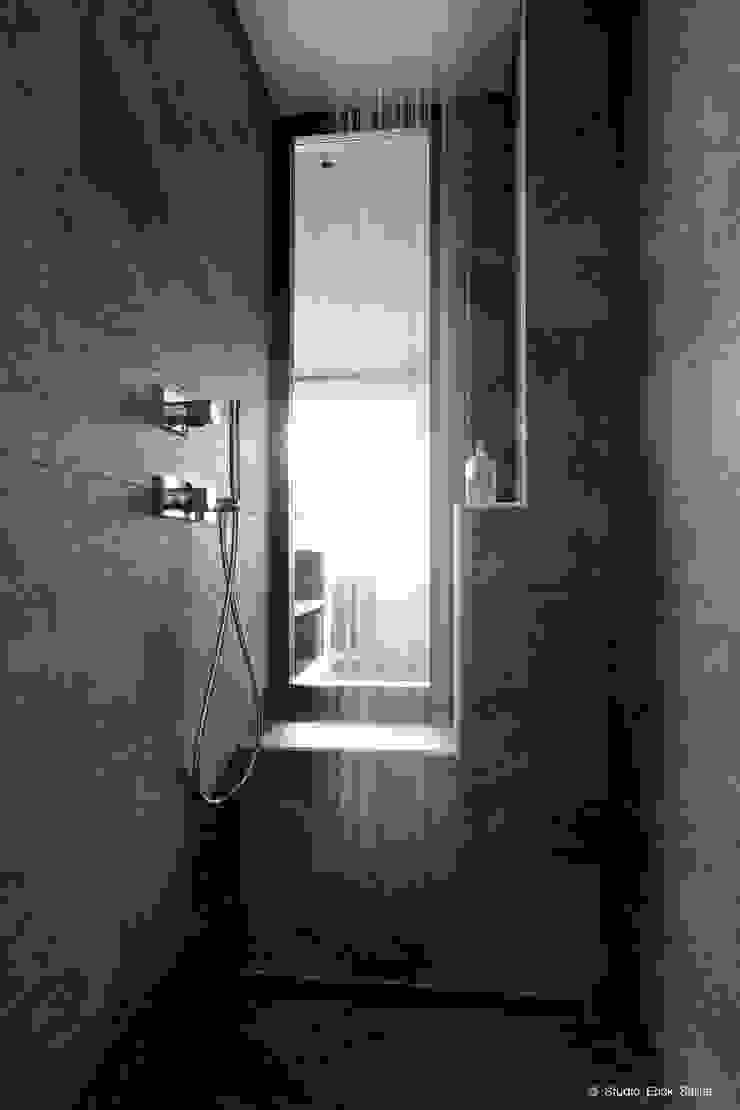 Franck VADOT Architecture Ванна кімнатаВанни та душові Піщаник Сірий